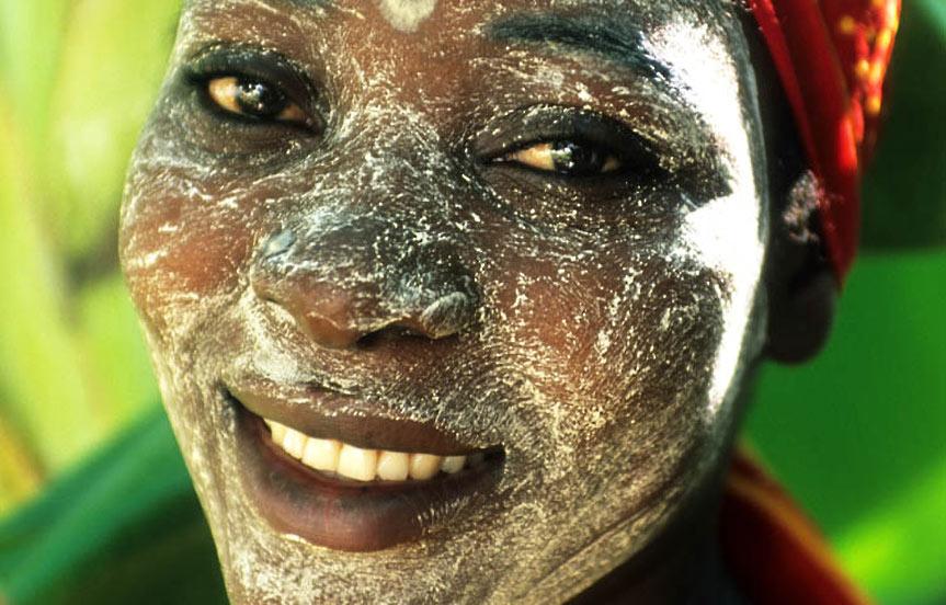 voyage au Mozambique. Archipel des Quirimbas. Femme avec un masque de beauté